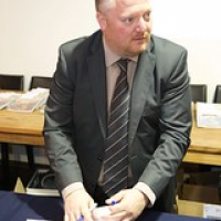 "Mark Dermul signeert het Whisky voor iedereen boek • <a style=""font-size:0.8em;"" href=""http://www.flickr.com/photos/21531446@N05/25758753081/"" target=""_blank"">View on Flickr</a>"