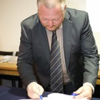 "Mark Dermul signeert het Whisky voor iedereen boek • <a style=""font-size:0.8em;"" href=""http://www.flickr.com/photos/21531446@N05/25553143350/"" target=""_blank"">View on Flickr</a>"